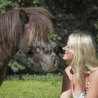 Junge Frau mit braunem Pony