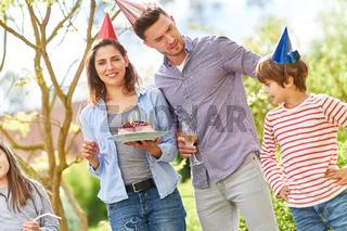 Eltern und Kinder feiern Geburtstag im Garten