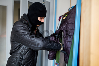 Einbrecher sucht Geld bei Einbruch in Haus