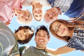 Kinder mit Eltern und Großeltern als Gemeinschaft