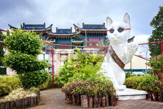 Die Skulptur Große Katze beim Stadttor der Katzenstadt Kuching grüßt neue Besucher