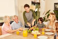 Großfamilie mit Kindern und Großeltern beim essen