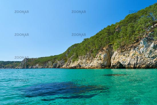 Blaues Meer vor Küste im Atlantik im Sommer