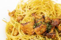 italienische Spaghetti mit Pfifferlingen auf Holz