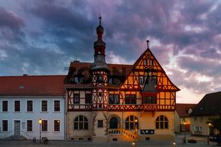 historisches Rathaus Harzgerode im Sonnenuntergang