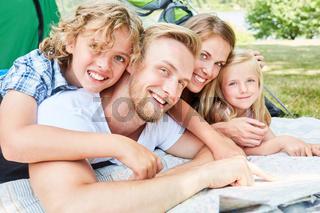 Familie beim Camping plant einen Ausflug