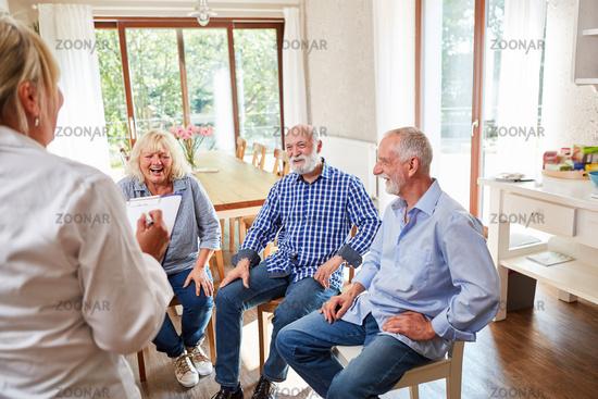 Senioren in Gesprächstherapie im Seniorenheim