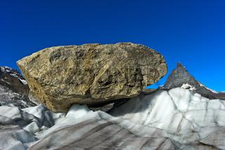 Grosse Felsblöcke werden vom Gornergletscher talwärts transportiert, Zermatt, Wallis, Schweiz