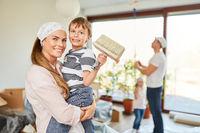 Mutter und Sohn bei der Renovierung