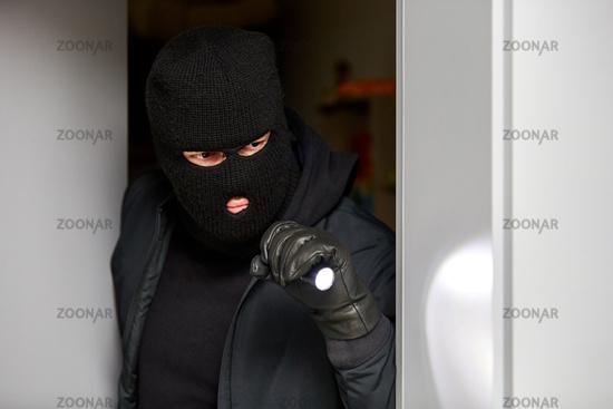 Vermummter Einbrecher im Haus bei Einbruch