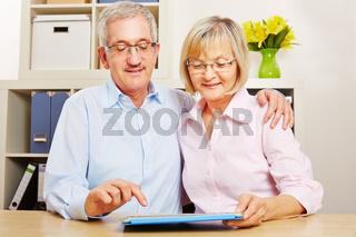 Paar Senioren spielt App auf Tablet Computer