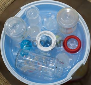 Babyflaschen in Dampfsterilisator reinigen - Nahaufnahme sterislisieren