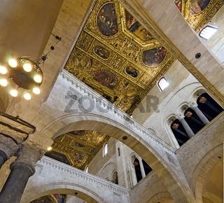 Decke und Bögen der Basilika San Nicola in Bari