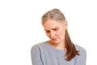 Alte Frau schaut traurig und deprimiert
