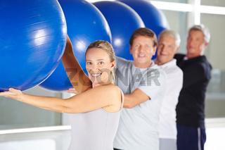Gruppe Senioren beim Fitnesstraining im Rehazentrum