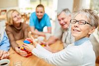 Senior Frau und Freunde spielen mit Bausteinen