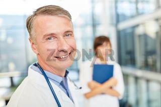 Lächelnder Oberarzt mit Kompetenz und Erfolg