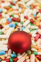 Christbaumkugel auf Medikamenten zu Weihnachten