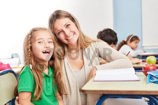 Glückliches Mädchen mit Nachhilfe Lehrerin
