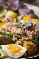 Nahaufnahme von salade nicoise auf dunklem Holz