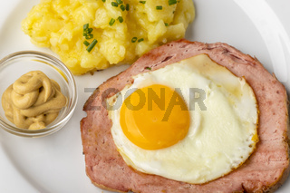 eine typisch bayerische Brotzeit Leberkäse mit Kartoffelsalat