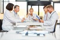 Ärzteteam in einem Meeting zur Organisation