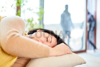 Frau schläft in Haus bei Einbruch