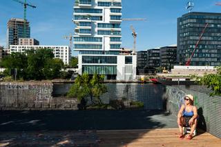 Berlin, Deutschland, Frau sonnt sich am Spreeufer in Friedrichshain