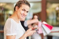 Frau benutzt eine Smartphone App