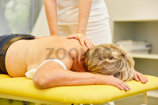 Patientin bei Rückenmassage in der Physiotherapie