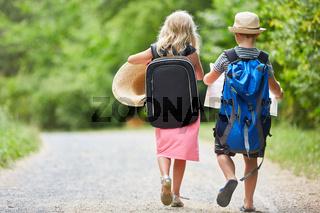 Zwei Kinder gehen wandern in Natur