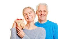 Senioren Paar mit Sparschwein als Altersvorsorge