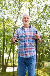 Senior Mann im Aktivurlaub beim Nordic Walking