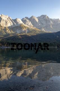 Zugspitze gesehen vom Eibsee im Herbst