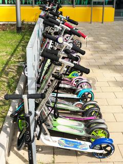 Roller Parkplatz vor Schule