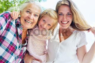 Frauen in 3 Generationen mit Oma und Enkelin