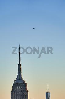 Helikopter über dem Empire State Building und dem One World Trade Center