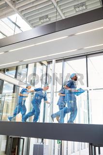 Chirurgen Team läuft schnell zu einem Notfall