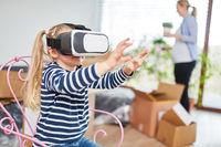 Mädchen erkundet das virtuelle Haus
