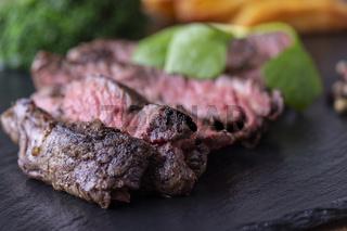 Scheiben vom gegrillten Steak auf Schiefer