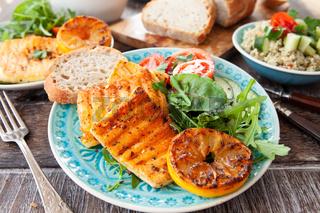 Gegrillter Kaese mit Salat
