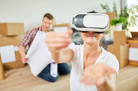 Junge Frau nutzt Virtual Reality Brille