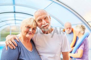 Verliebtes Senioren Paar in einem Schwimmbad