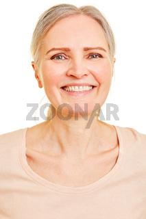 Glückliche alte Frau frontal von vorne