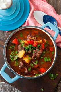 Deftige Suppe mit Gulasch