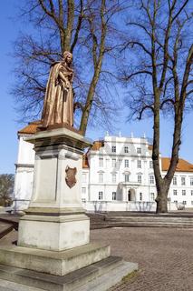 Denkmal KurfŸürstin Luise Henriette vor Schloss Oranienburg, Brandenburg, Deutschland