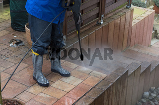 High pressure cleaning of the floor