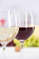 Wein Gläser Weingläser Weißwein Rotwein Weisswein Weintrauben Hochformat
