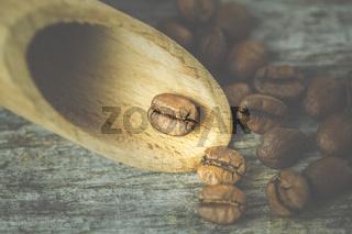 Kaffee und Kaffeebohnen in rustikalem Ambiente und Moody Style.  Pause? Wie wärs mit einem Kaffee?