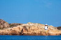 Leuchtturm auf einer Schäreninseln vor der Stadt Fjällbacka in Schweden
